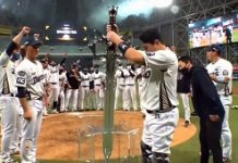 NCSoft's Baseball Team Won The Korean Championship And Celebrated With A Sword From Lineage